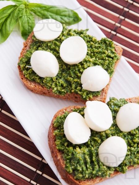 Здравословни сандвичи с песто и моцарела - снимка на рецептата